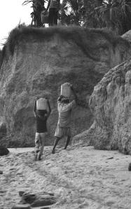 Fin de journée, les tas de gravier sont remonté en haut de la falaise